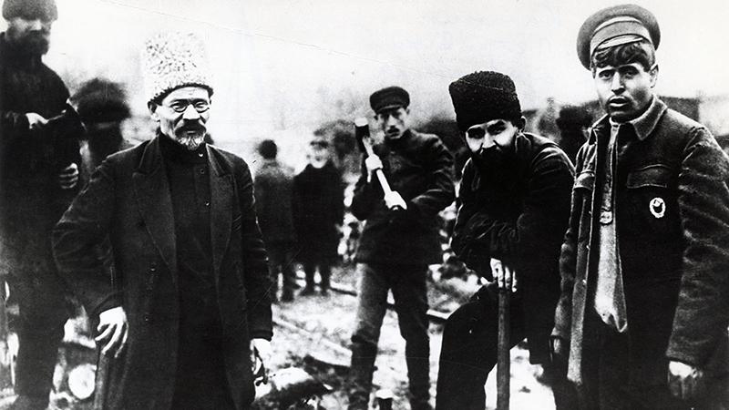Председатель ВЦИК Михаил Иванович Калинин и председатель ВЦИК Григорий Иванович Петровский (второй справа) на субботнике. Харьков, 1920-1921 годы