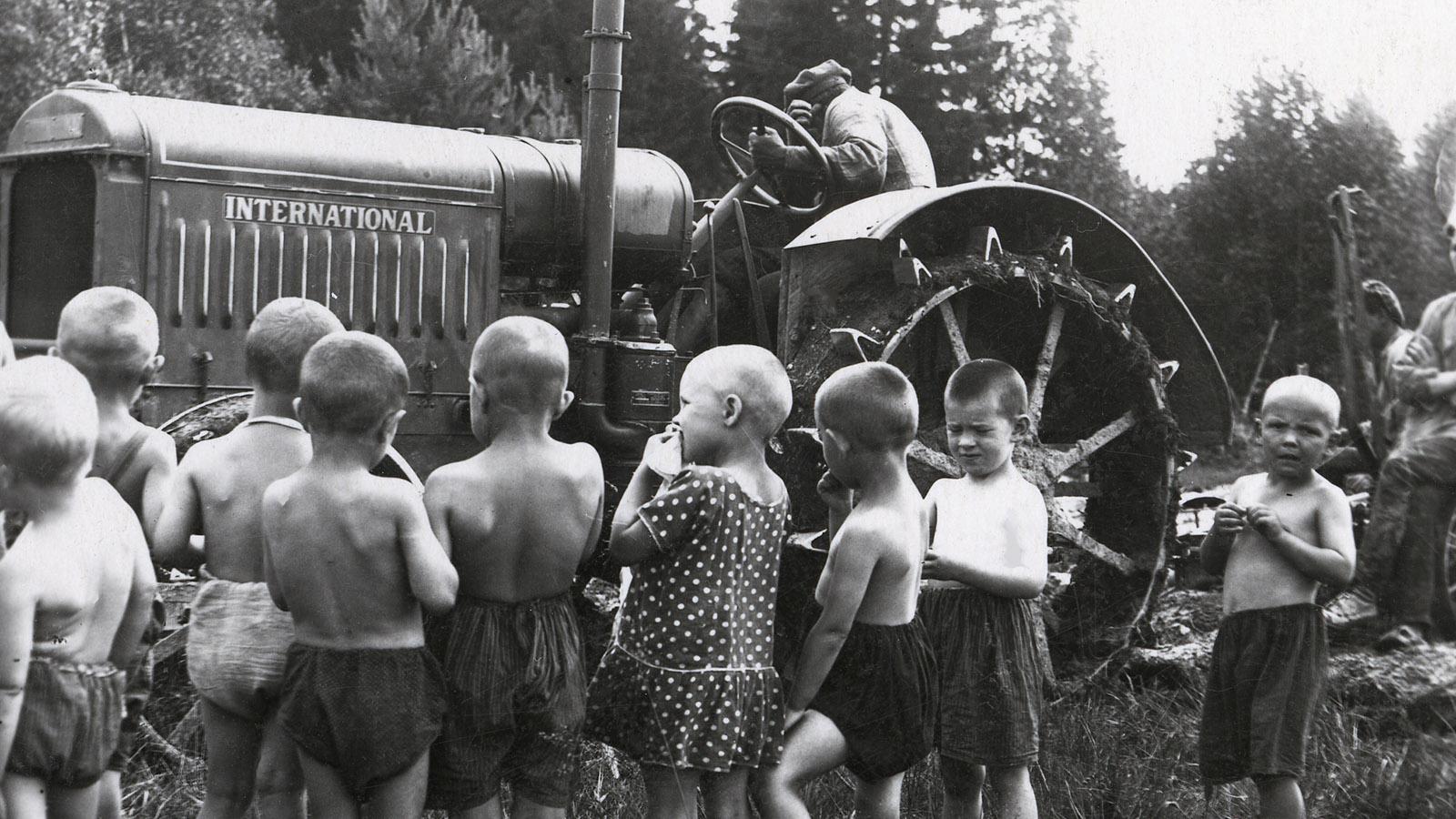 Первые 300 советских тракторов сошли с конвейера индустриального гиганта первой пятилетки – Сталинградского тракторного завода. И сразу же отправились в районы-лидеры по коллективизации сельского хозяйства. Этот завод в СССР ждали, как ненаглядного первенца: до революции в России тракторов не выпускали. Сталинградский Краснознаменный тракторный в корне изменил ситуацию в сельском хозяйстве. Трактор под названием «Интернационал» позволил механизировать деревню и осуществить ту самую «смычку села с городом», о которой так долго говорили большевики.