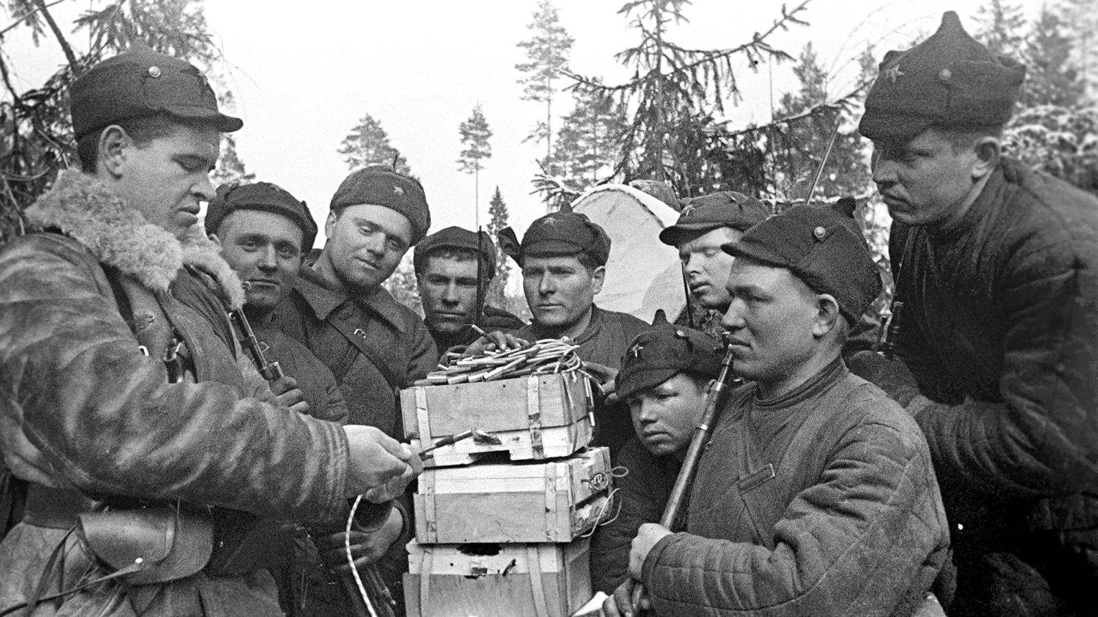 1940 Год. Читают письма. Стрелковая дивизия. Арельский перешеек. Фото: архив