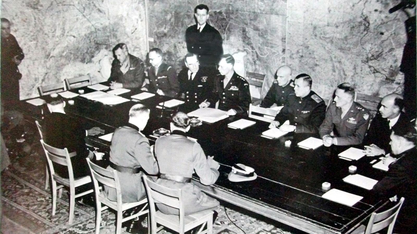 1945 Год. Подписание капитуляции в Реймсе. Фото: commons.wikimedia.org
