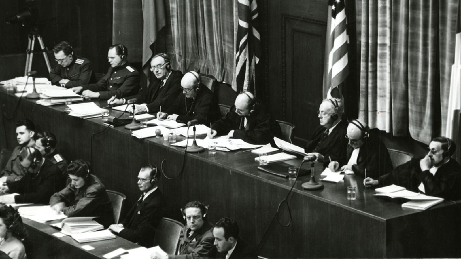 1 октября 1946 года оглашением приговора главным нацистским преступникам завершился проходивший в Германии Нюрнбергский процесс. Международный военный трибунал был сформирован напаритетных началах изпредставителей четырех стран —СССР, США, Великобритании и Франции. В ходе судебных заседаний эксперты исследовали тонны документов, просмотрели километры фотопленок и бессчетное количество фотоснимков. На страницах «Известий» подробно освещалось происходившее в Нюрнберге. Аккредитованный от газеты Илья Эренбург писал репортажи, карикатурист Борис Ефимов рисовал в зале суда карикатуры на нацистских преступников.