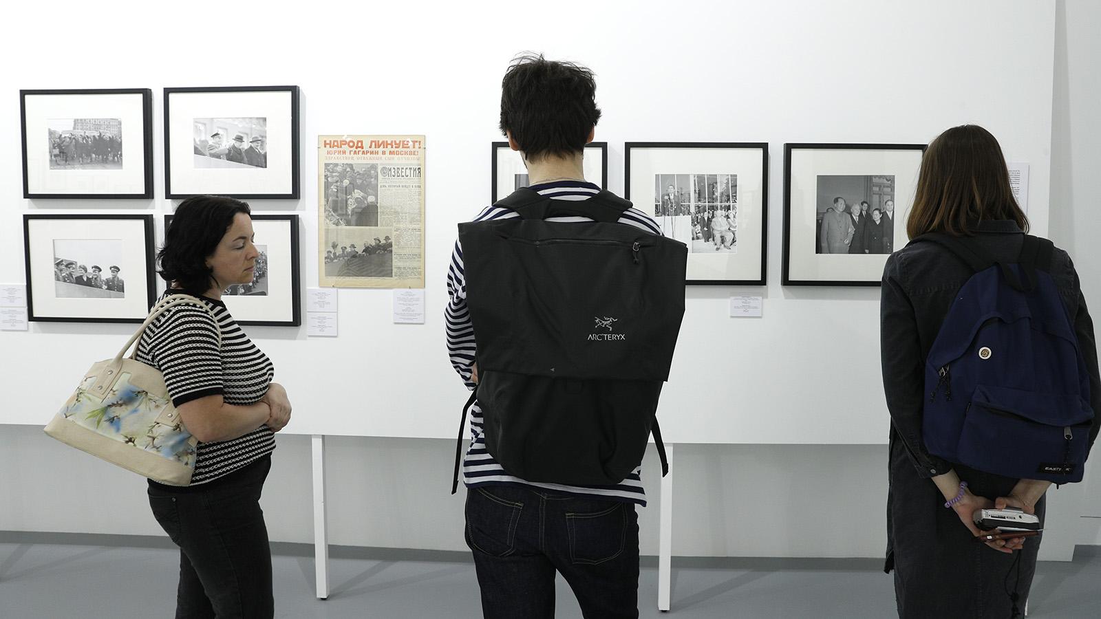 Посетители выставки «Известия»: 100 лет вместе»