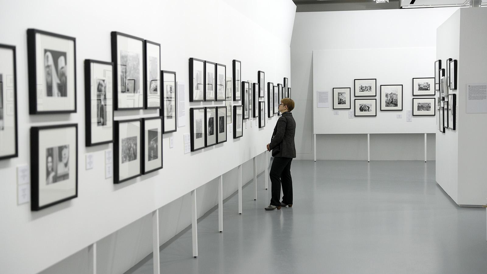 На выставке, в том числе, представлены кадры, сделанные фотографами газеты разных лет