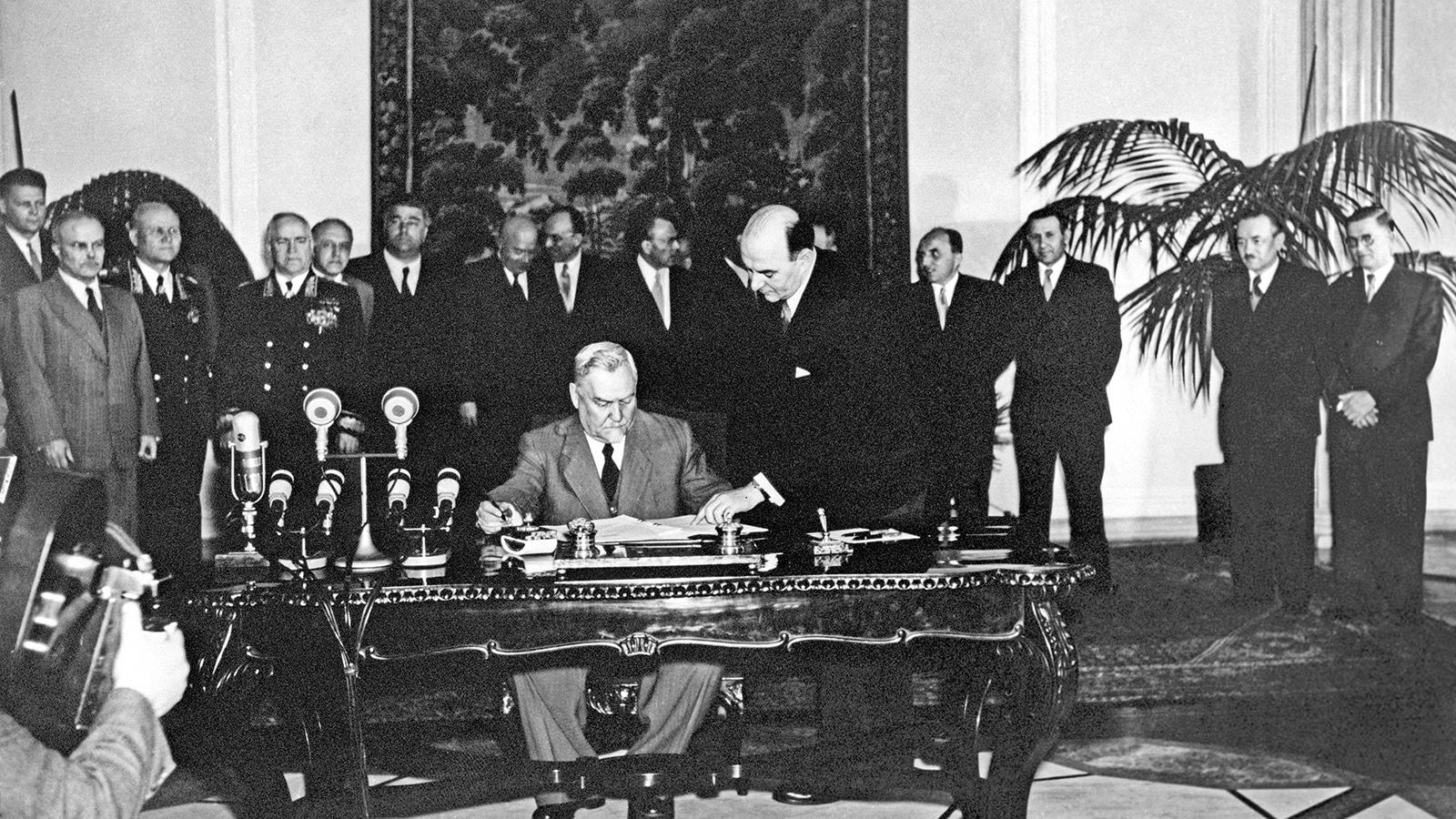 В мае 1955 года, в ответ на присоединение к НАТО ФРГ, создается Организация Варшавского договора (Варшавский Договор, официально оформивший создание военного союза европейских социалистических государств – при ведущей роли СССР). Таким образом, на десятилетия фактически закреплялась двуполярность мира. Подписанный 14 мая, Договор вступил в силу 5 июня 1955 года. «Известия» сообщили о событии непосредственно в день заключения этого стратегически важного соглашения, которое состоялось в помещении Государственного совета Польской Народной Республики.