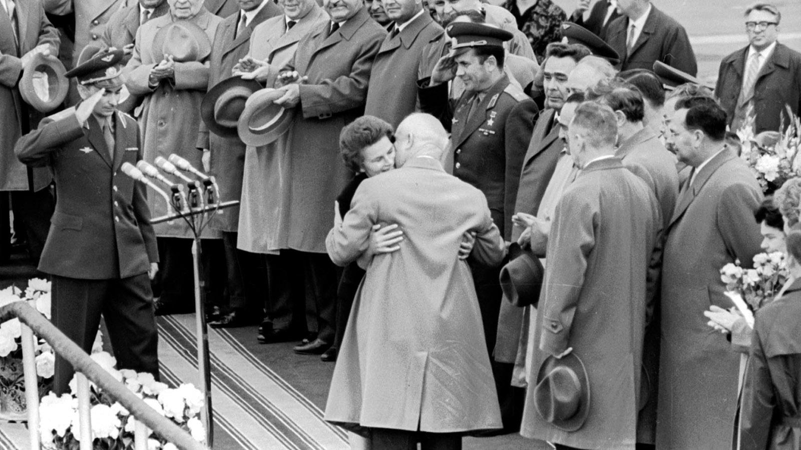 1963 год. Встреча космонавтов Валентины Терешковой и Валерия Быковского