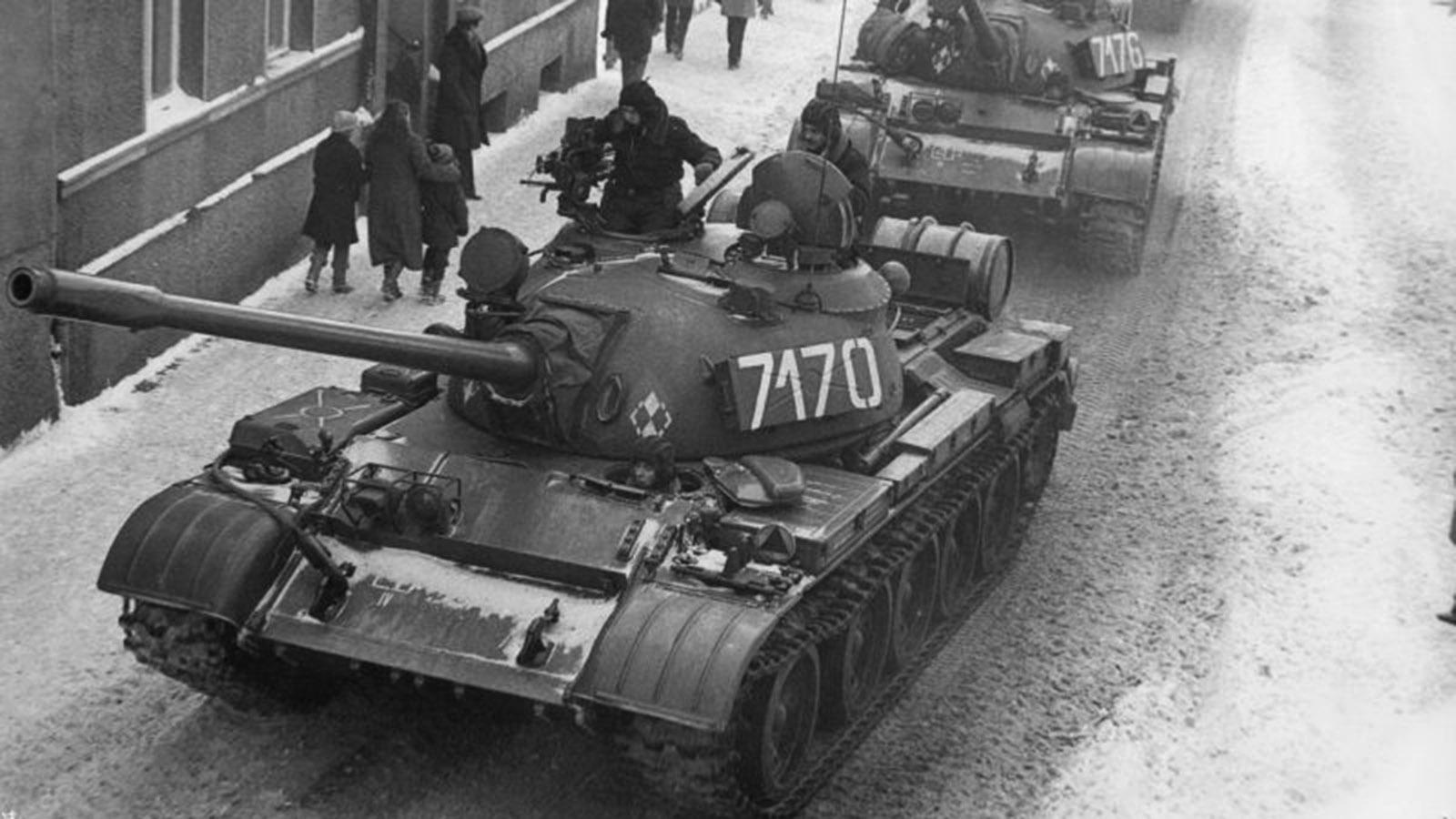 Осенью 1981 года в Польше прокатилась волна забастовок. Войцех Ярузельский пытался мирно договориться с оппозицией, но безуспешно.  Дивизии Советской армии были готовы прийти на помощь. Польша была чрезвычайно важной страной для СССР в период «холодной войны». Через нее шел транзит в Группу советских войск в ГДР и проходили нефтяные трубопроводы в Европу. Но Ярузельский не хотел вмешательства советских войск. В полночь с 12-го на 13 декабря поляки увидели в окно танки и вооруженных солдат польской армии. В стране было введено военное положение.