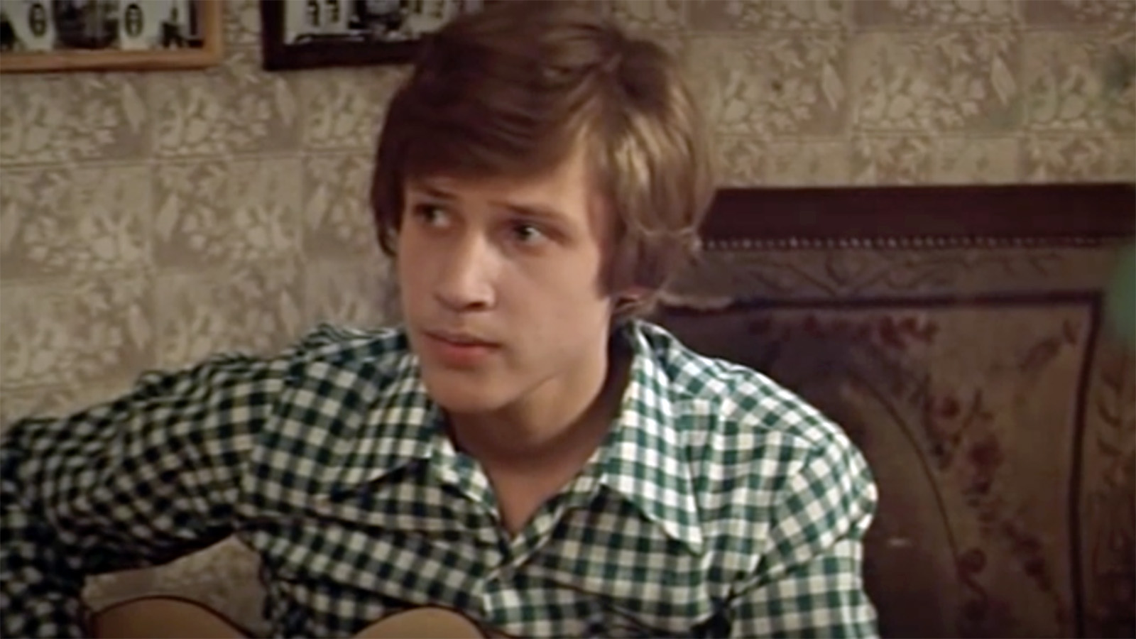 Дмитрий Харатьян (1960), народный артист РФ, в кино попал случайно. Пришел на съемки фильма о школе, чтобы поддержать подругу Галю, мечтавшую стать актрисой, а режиссер Владимир Меньшов пригласил его на главную роль. В фильме «Розыгрыш » Дмитрий сыграл романтического юношу с гитарой Игоря Грушко и спел песню «Когда уйдем со школьного двора», ставшую хитом. В 1977-м состоялась премьера фильма, и 17-летний юноша проснулся знаменитым. Позже были «Гардемарины, вперед!» и «Королева Марго». Его герои —романтичные, светлые и смелые.