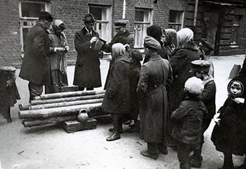 Домовой комитет выдает дрова жильцам. Петроград, 1920 год